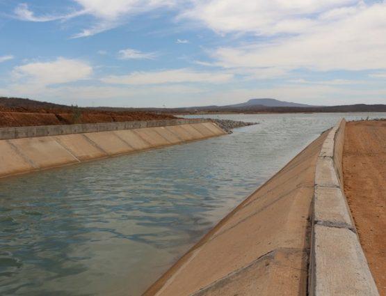 Canal da transposição desaguando em lago do eixo leste da obra, em Pernambuco (Foto: Artur Lira/G1)