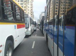 Ônibus foram estacionados em fila sobre a Ponte Duarte Coelho, no Recife, nesta quarta-feira (4) — Foto: Everaldo Silva/TV Globo